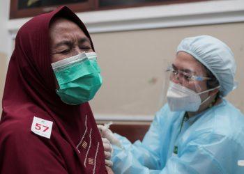 Akselerasi Vaksinasi COVID-19 Jadi Kunci Tekan Angka Kematian Pada Lansia