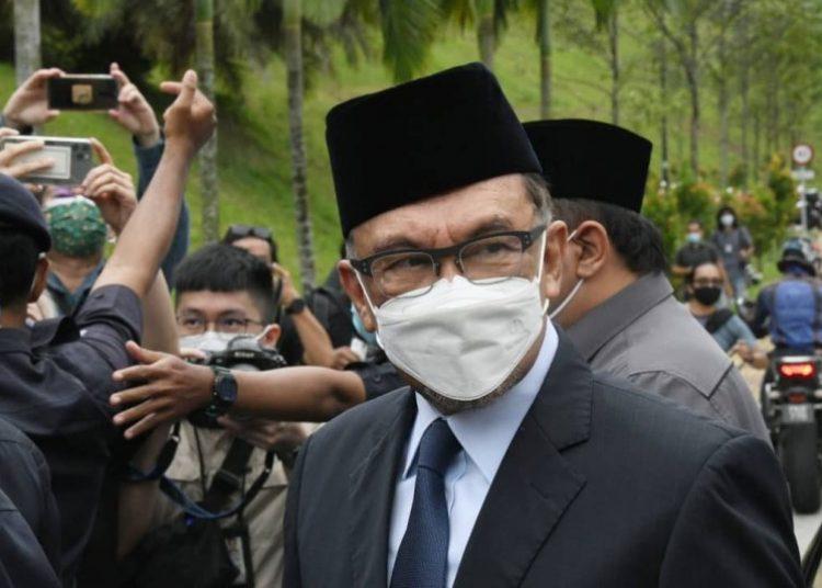 Anwar Ibrahim serahkan usul parlemen hilang kepercayaan ke PM