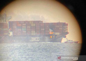 Api berkobar di peti kemas kapal kargo dari  British Columbia