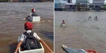 Viral! 3 Bocah SD Seberangi Sungai Naik Kotak Styrofoam demi Pulang ke Rumah